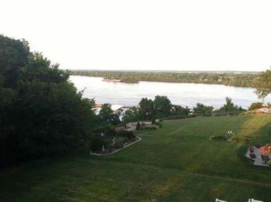 Squirrel's Nest Bed & Breakfast, LLC: Looking out over the Mississippi - early afternoon