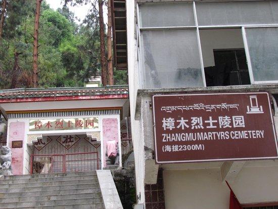 Zhangmu Hotel: interesting walk though town
