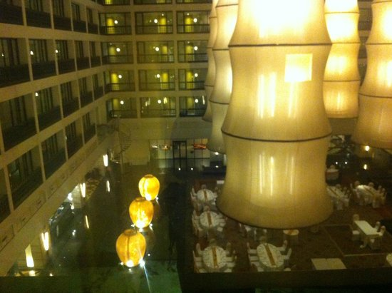 Cinnamon Grand Colombo: Hotel has a spectacular covered interior courtyard