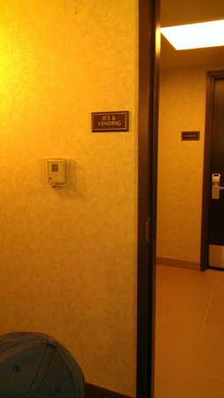 Holiday Inn Hotel & Suites, Williamsburg-Historic Gateway: 3rd floor only ice no vending machine