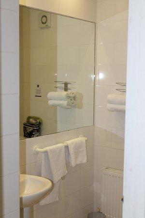 Arlington Hotel O'Connell Bridge : very clean bathroom