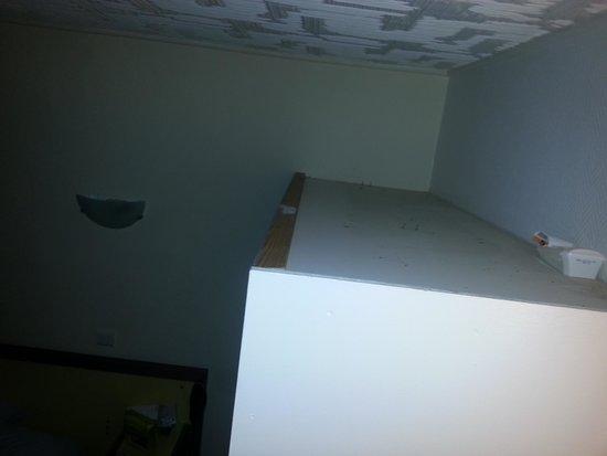 Hotel Azur: dessus de l'armoire