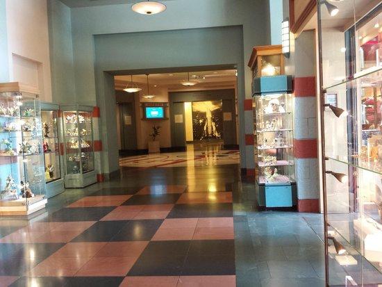 Disney's Hotel New York: Hal in hotel met souvenirs-shop