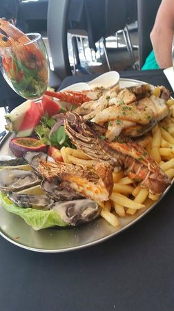 Bugzies Seafood Restaurant: The delicious fresh seafood platter