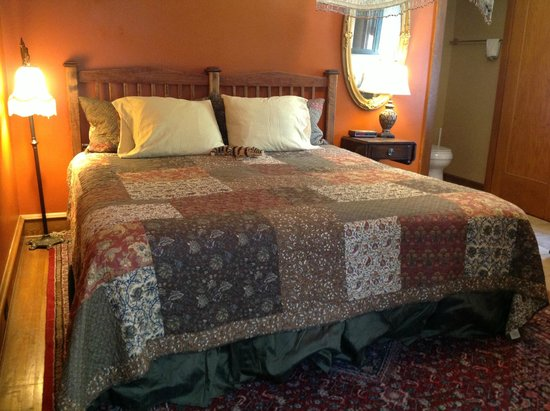 The Australian Walkabout Inn Bed & Breakfast: King bed in the Victoria Suite