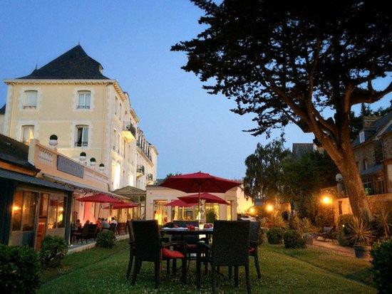 Grand Hotel de Courtoisville: The garden