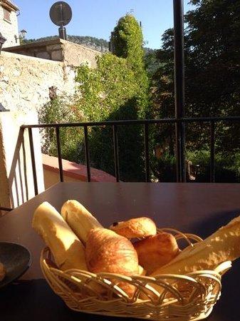 L'Oustau de la Font : Alfresco Breakfast