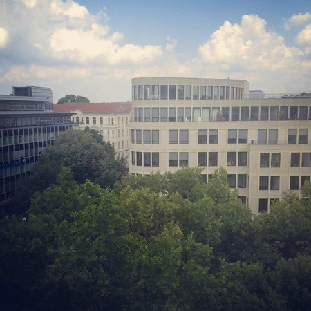 BEST WESTERN PLUS Amedia Berlin Kurfuerstendamm: A view to Ku'damm from the room in 6th floor.