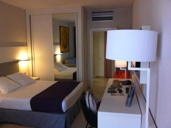 SENTIDO Gran Canaria Princess: Entrada al fondo, cama de matrimonio y armario con espejo