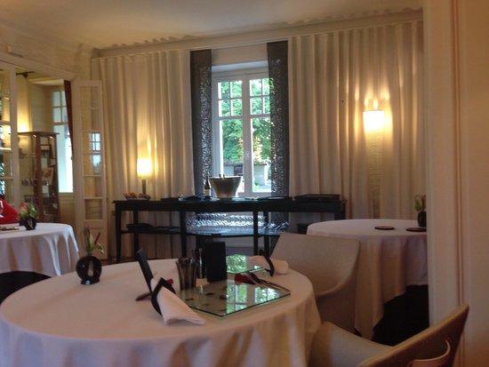 Manoir de la Boulaie : La salle de restaurant, une décoration triste...