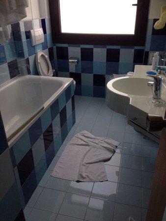 Mercure Roma Piazza Bologna: Banheiro! Razoável! Aliás o hotel em si é bom!