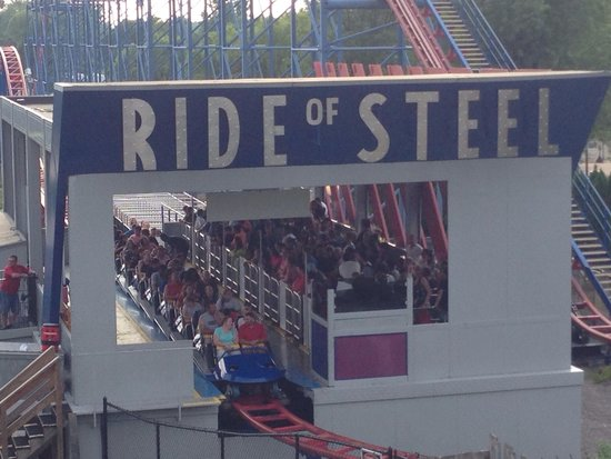 Darien Lake Amusement Park : One train operations on the weekends caused this station wait to be roughly 30 mins.