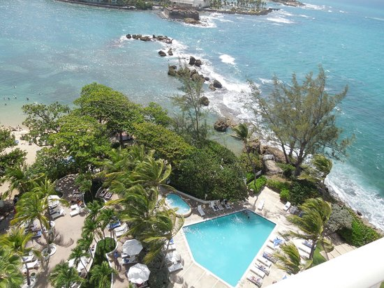 The Condado Plaza Hilton: Nice pool area, not much beach