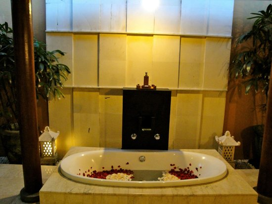 Bhavana Private Villas: tub