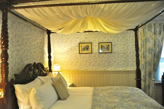 Peace & Plenty B&B : The four poster bed, with En-suite.