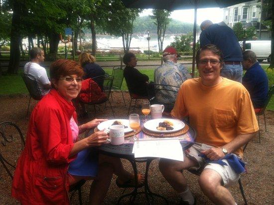 Ullikana Bed and Breakfast: Breakfast on the patio at Ullikana Inn