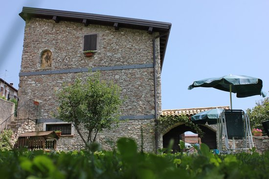 Antica Cascina Liano: dom widziany z ogrodu
