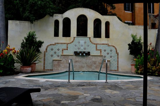 Kenwood Inn and Spa, A Four Sisters Inn: Large hot tub.  In front of rooms 25-28