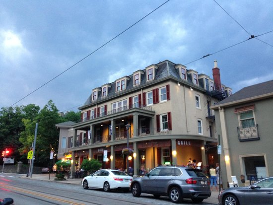 Chestnut Hill Hotel: The hotel front