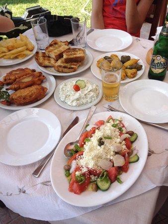 Kournas, Grecia: Salade crétoise, tzatziki, pain grillé à l huile d olive, poivrons farcis et fleurs de courgette