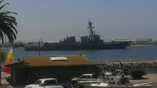 Humphreys Half Moon Inn : A battleship passes by our outside deck in the SD bay!