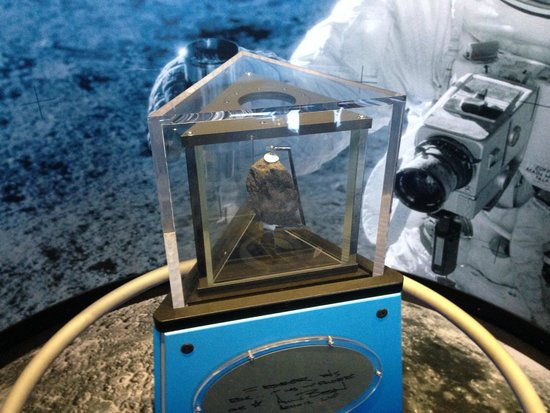 U.S. Space and Rocket Center : Moon Rock