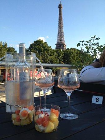 Le VIP Paris Yacht Hotel : Vue sur Tour Eiffel pendant le diner
