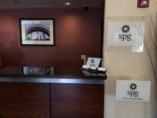 Four Points by Sheraton Portland East: フロントにはSPGの列も