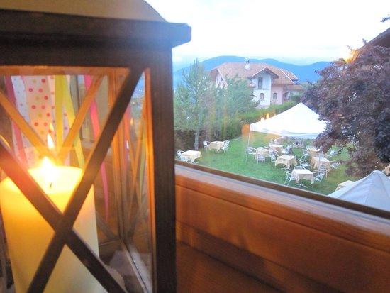 Pineta Naturamente Hotels: La cena è a lume di candela con vista sul giardino e sulla valle