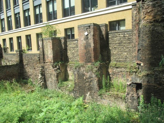 Museum of London : Pieces of Roman Wall outside museum