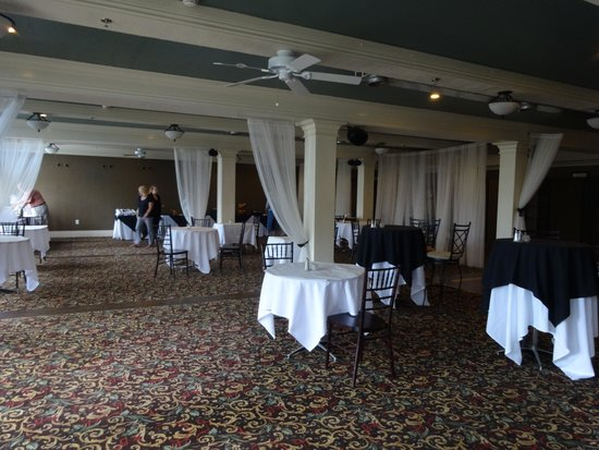Niagara Crossing Hotel and Spa : open restaurant area