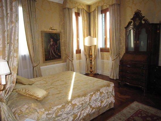Hotel Canal Grande: Corner Room 202