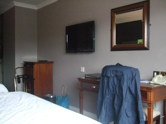 Forster Court Hotel: TV, place to work or do your makeup, tea making etc.