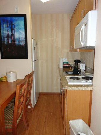 Homewood Suites by Hilton San Francisco Airport-North : 2 rm suite.  Narrow kitchen.