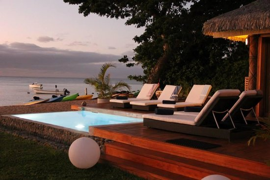 Tides Reach Resort: Sundeck by the pool