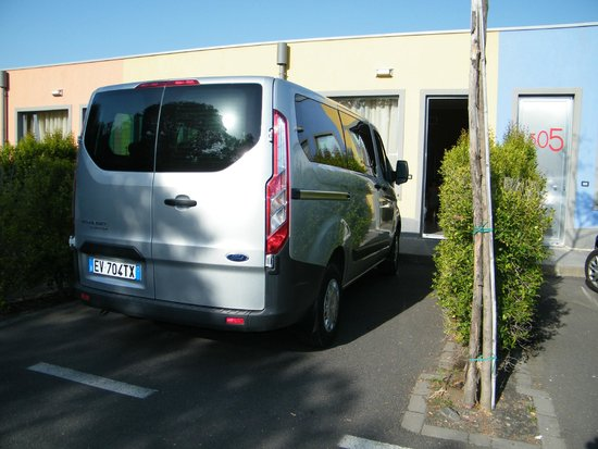 Hotel Ibis Styles Catania Acireale: Private parking in front of room