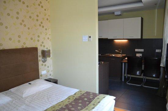 Opera Garden Hotel & Apartments: The kitchenette