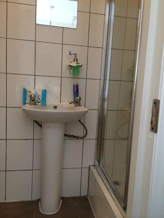 Havering Guest House: Shower