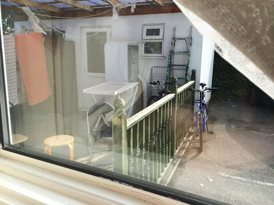 Havering Guest House: Smoking/laundry area