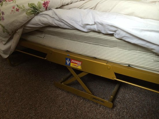 Havering Guest House: Wobbly single bed turned out to not even be a bed!