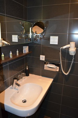 Opera Garden Hotel & Apartments: The bathroom
