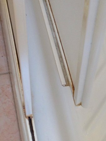 Poggio del Sole: Anta doccia rotta e pericolosa