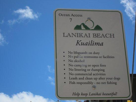Lanikai Beach: 入口に立っている看板