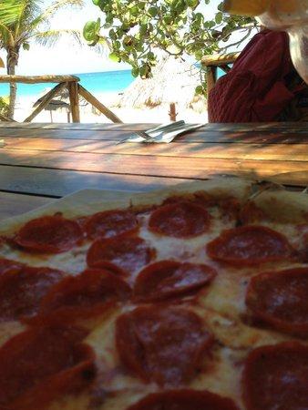 Rosa del Viento: Pizza no restaurante de frente para o mar