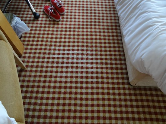 Holiday Inn Birmingham Airport: threadbare carpet