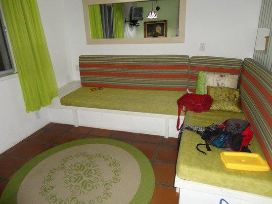 Romanticos Chales Ponta das Canas: living con sofa camas