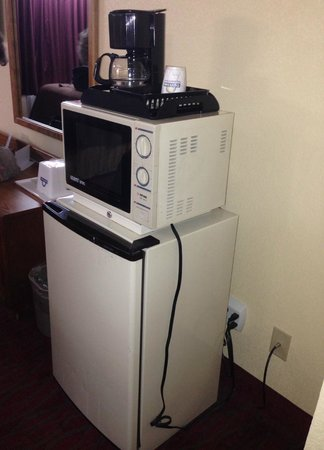Days Inn Staunton South: Microwave, coffee maker and fridge