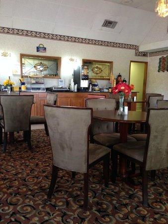 Days Inn Staunton/ Mint Springs: Breakfast area