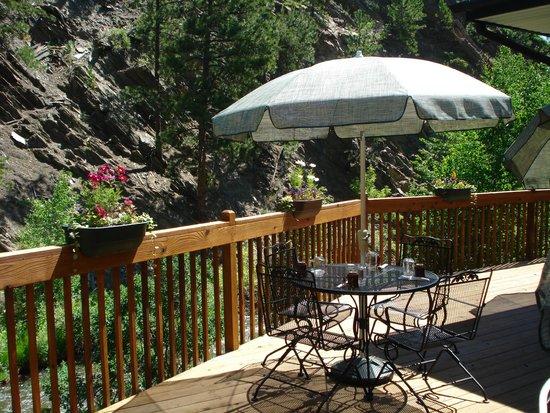 Creekside Restaurant: Seasonal patio seating