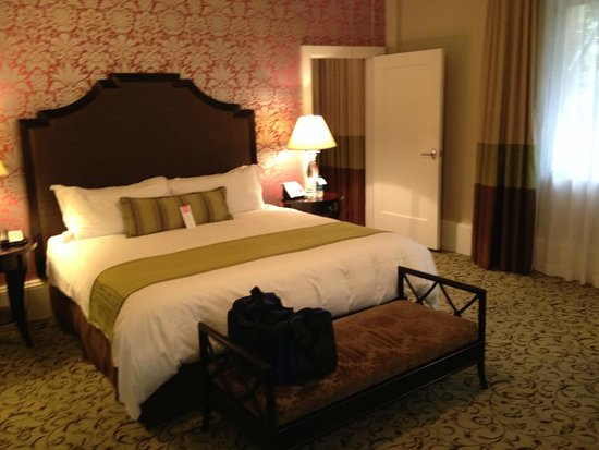 The Royal Hawaiian, a Luxury Collection Resort: Bedroom Garden Jr. Suite